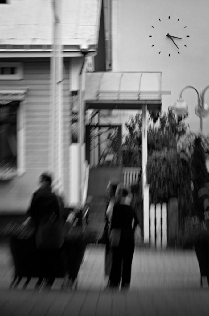 Klockan på Sittkoff gallerian med tre personer framför, Mariehamn, Åland.