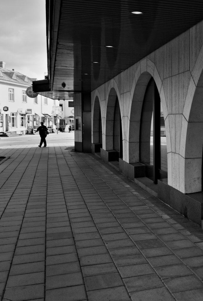 En dam fotograferad under ett passa av gatufotografering i Mariehamn, Åland.