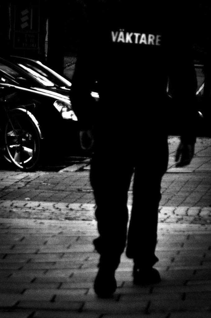 En väktare går sin rond i Mariehamn, Åland.