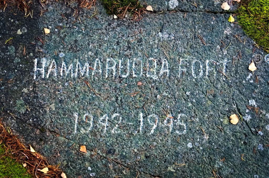 Hammarudda fort 1942-1945 mejslat i berget vid en av de sprängda bunkrarna.