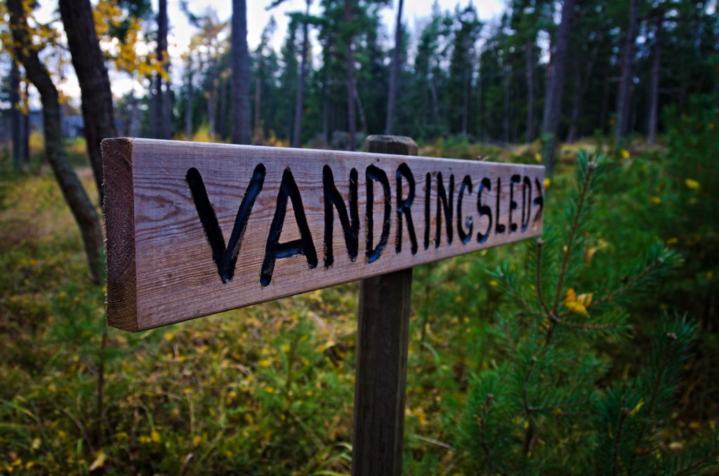 Skylten till Jomala vandringsled som går förbi Hammarudda fort på Åland.