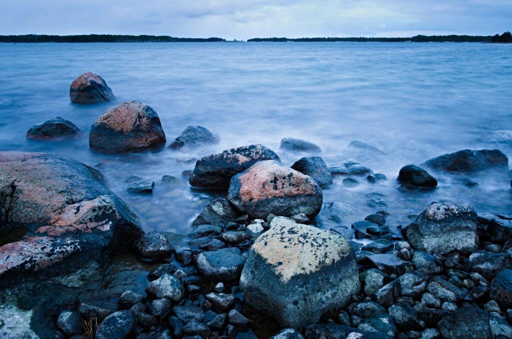 Stenar i vattnet med lång exponering utanför Västra Simskäla på Åland.