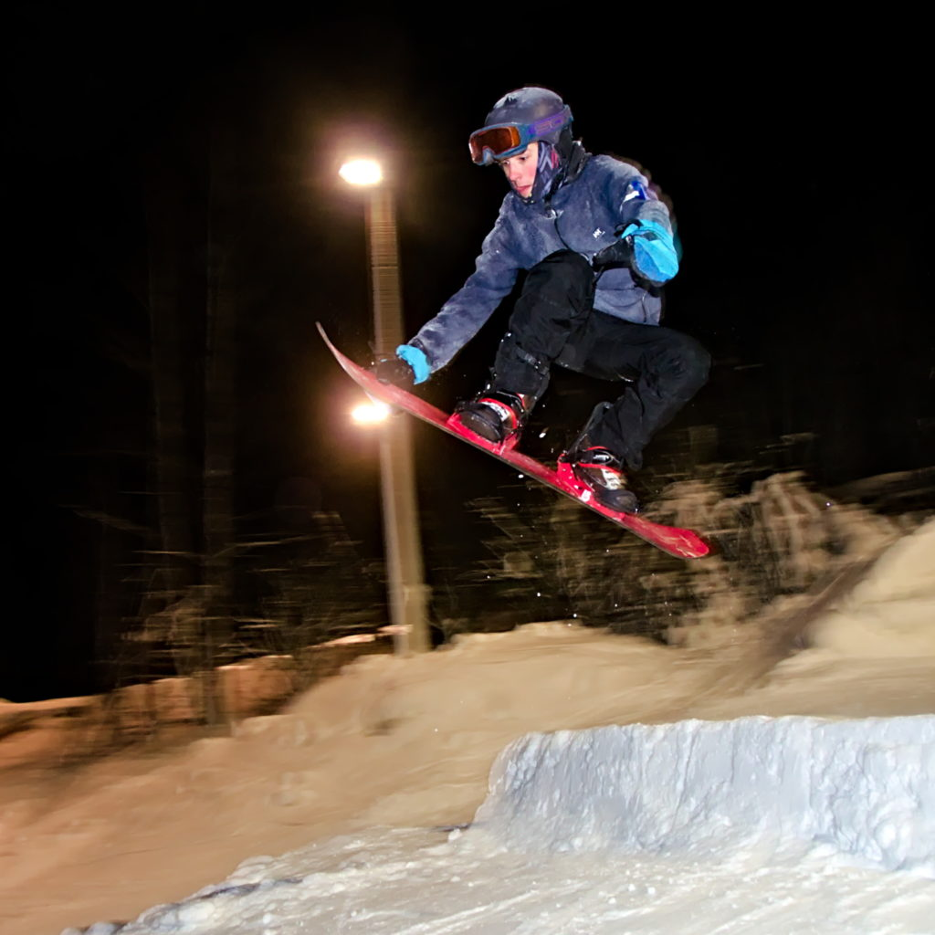 Beppe Lantz gör en grab i hoppet på Germundö Alpin, Åland.