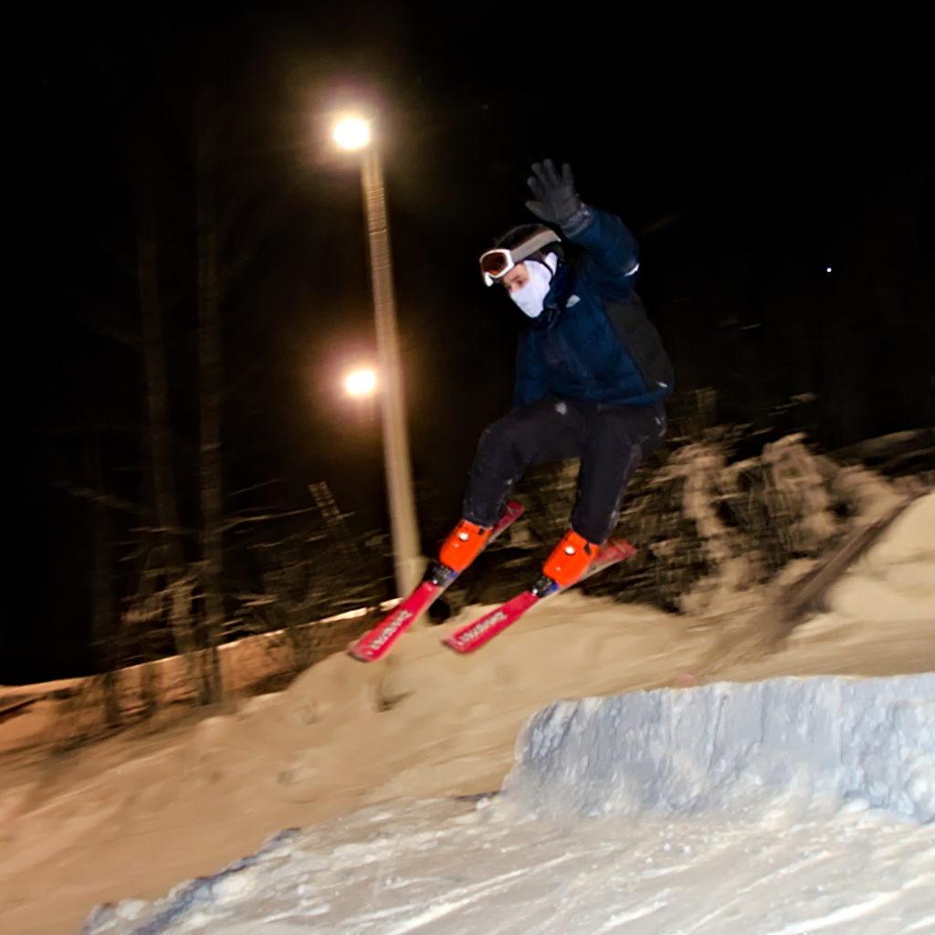 Frode Lantz grabar med slalomskidor på Germundö Alpin, Åland.