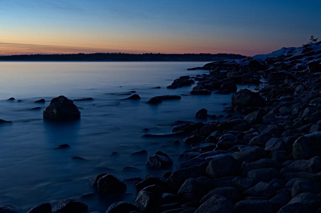 Lång exponering från ett kallt Gregersö mot Kungsö, Åland.