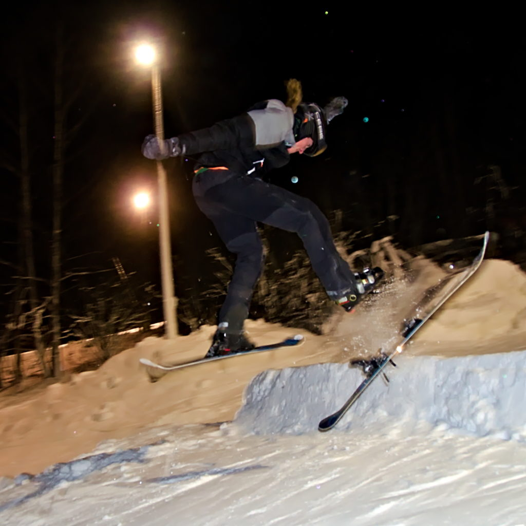 Mio Lomner tappar en skida i hoppet på Germundö Alpin, Åland.