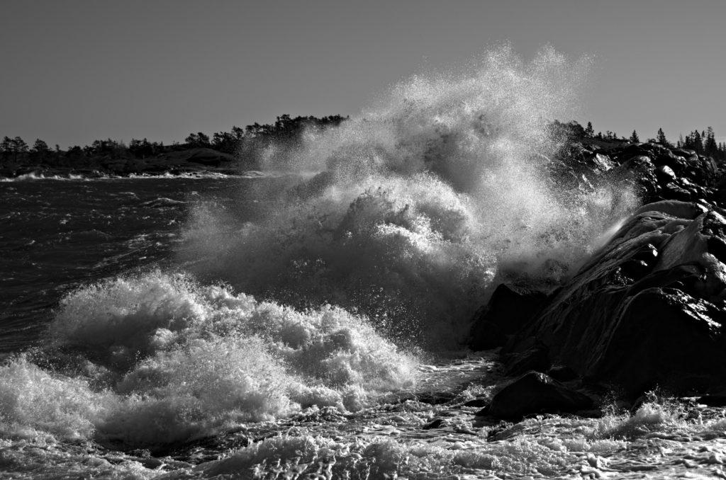 Stor våg kastar sig över klipporna vid Havsvidden, Geta, Åland. Photographic Steps