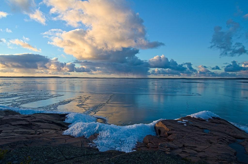 Vy över Lumparn täckt av is i solnedgång. Omöjligt att fota utan strandskydd.