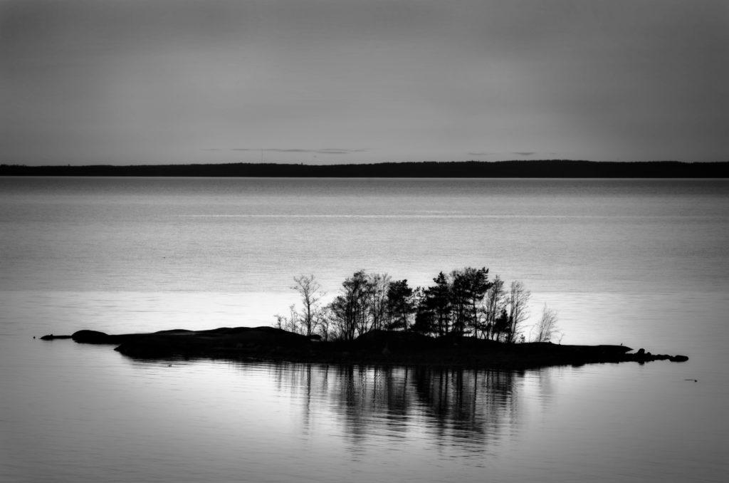 Svartvitt, minimalistiskt foto över ö i Lumparn, Åland. Photographic Steps.