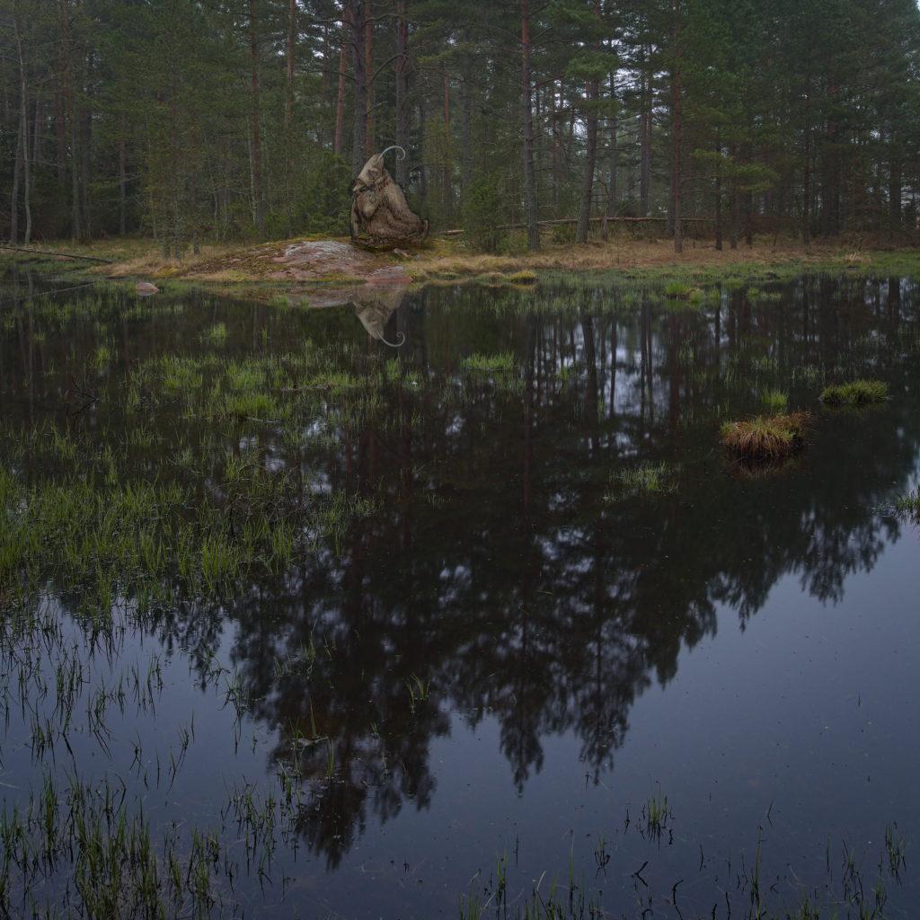 John Baures troll lufsar fram längs kärrets vatten. Åland.