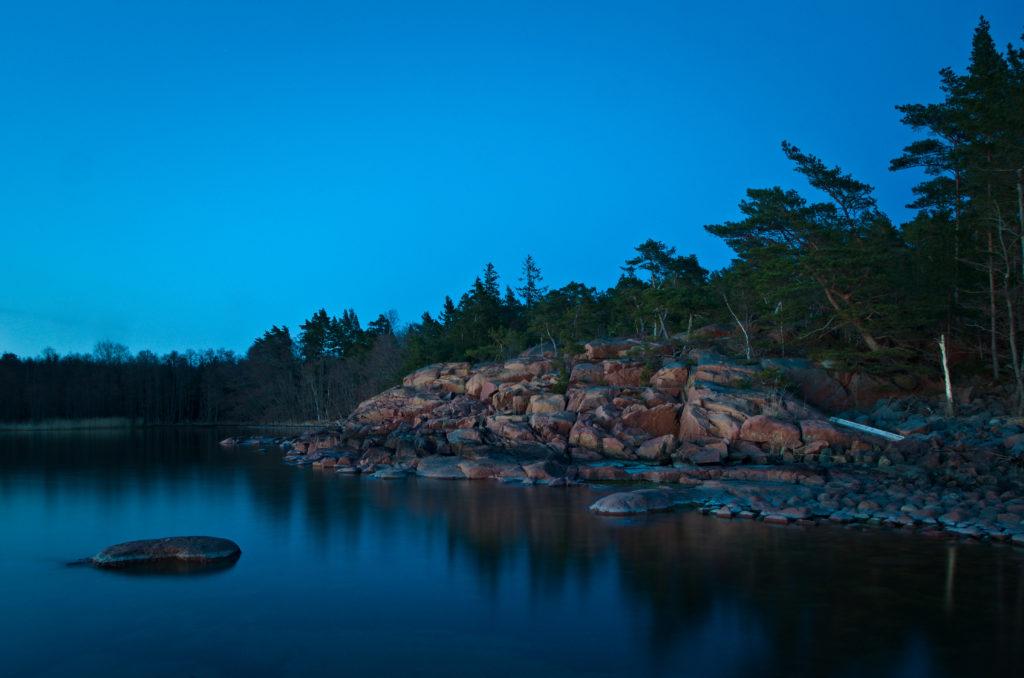 Natt över Lumparlands strand med liten sten i vattnet. Åland.