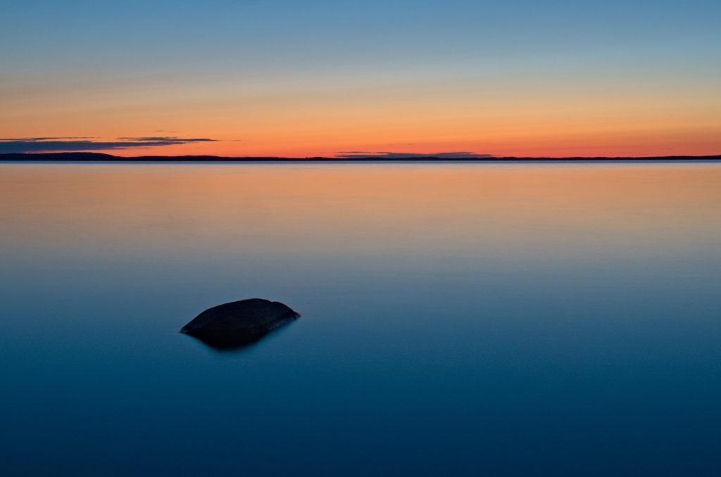 Sten i färgsprakande solnedgång över Lumparns vatten, Åland. Photographic Steps.