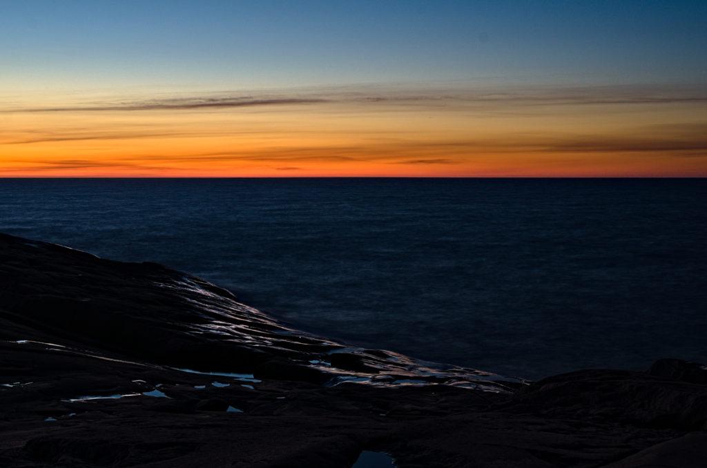 Norrhavet med solnedgång över klippor. Geta, Åland. The Photographic Steps.